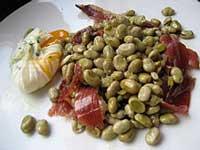 PLato con habas, lascas jamón de bellota y huevo de corral salteados