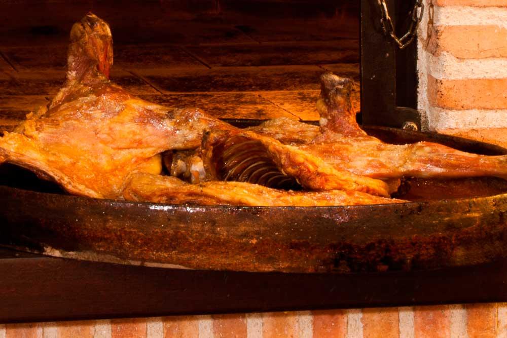 Dos cuartos de Cordero lechal en cazuela recién salidos del horno de leña