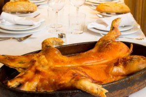En cazuela u sobre la mesa ya dispuesta un cochinillo entero asado