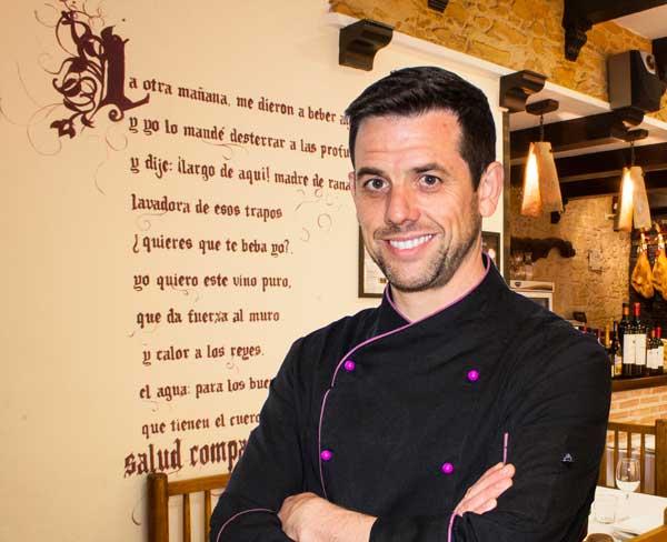 David Lavado Maestro Asador del Asador los Pepes posa en el restaurante