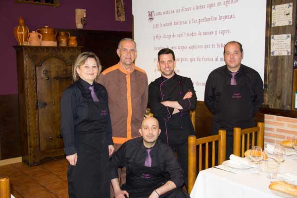 Los cinco componentes del equipo del Asador los Pepes posan en una sala del restaurante