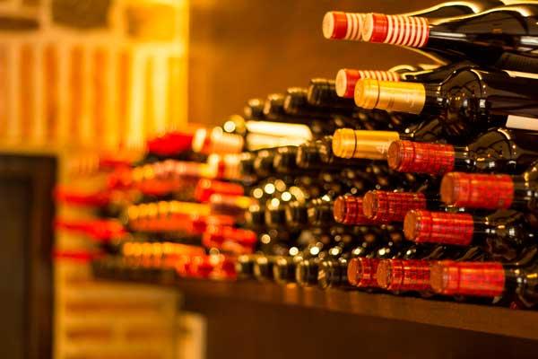 botellero con la selección de vinos del restaurante