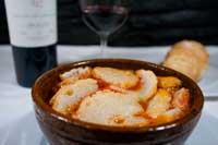 Bol de barro alto con la rica sopa castellana