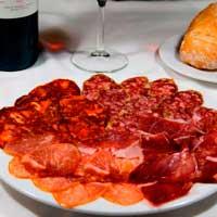 Plato de surtido de ibéricos a base de jamón,lomo,salchichón y chorizo