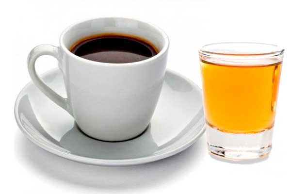 Una taza de café y un chupito de licor de hierbas