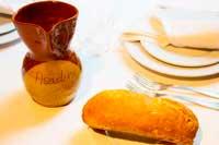 Jarra de barro de vino de la casa cosechero y bollo de pan