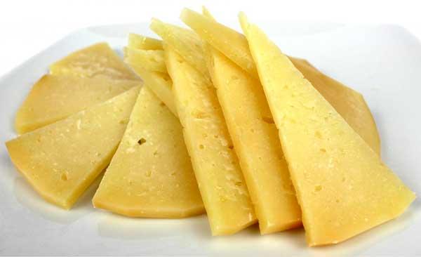 Plato con triángulos de queso curado de La Mancha
